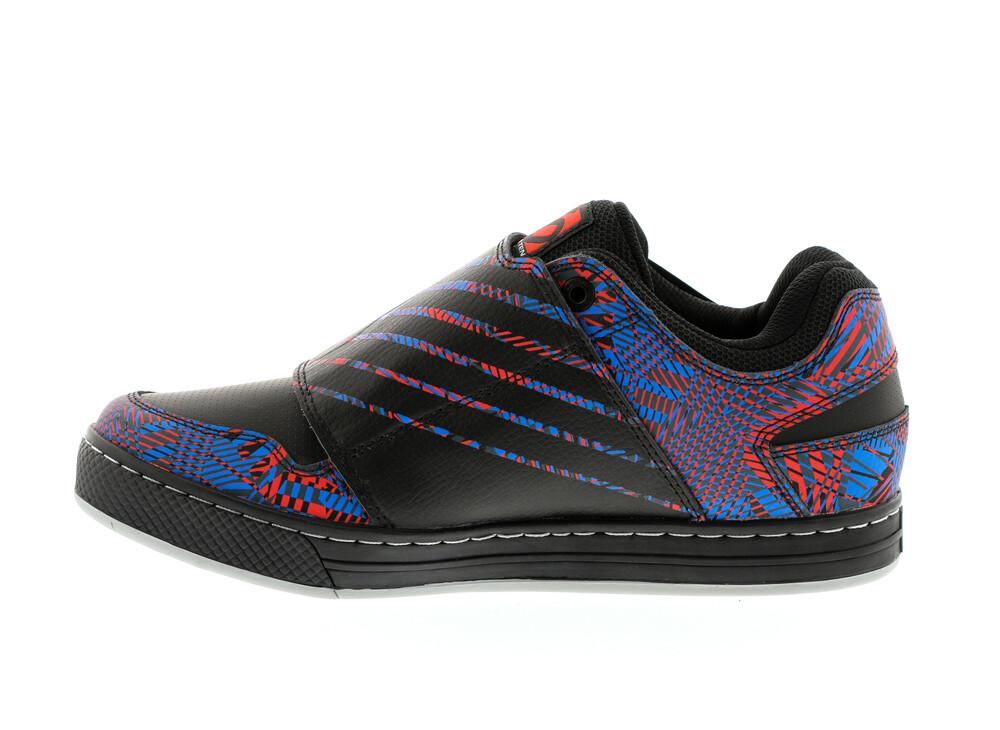 Cinq Chaussures Bleues Avec Des Hommes De Fermeture Velcro CLayh